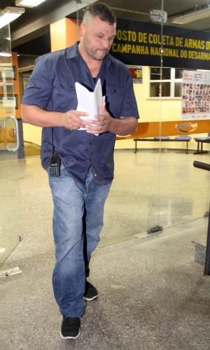 5.nov.2013 - Segurança pessoal de Justin Biber deixa delegacia após prestar depoimento