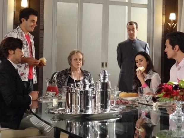 """Em """"Amor à Vida"""", Valdirene tenta impressionar Murilo na aula de etiqueta"""