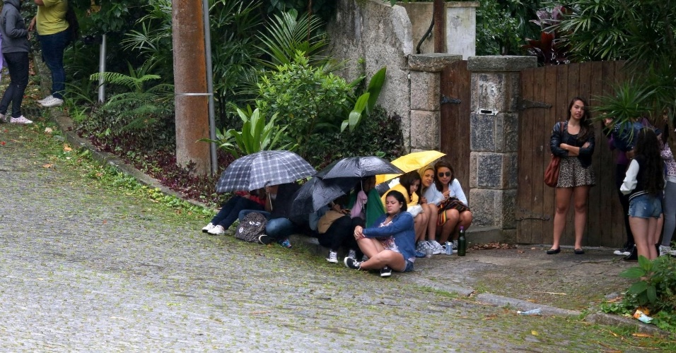 5.nov.2013 - Fãs acampam na porta da casa onde Justin Bieber está hospedado no Joá, no Rio de Janeiro