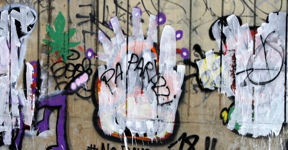 5.nov.2013 - O fotógrafo escreveu a palavra paparazzi no muro em São Conrado, onde Justin Bieber havia feito suas ilustrações