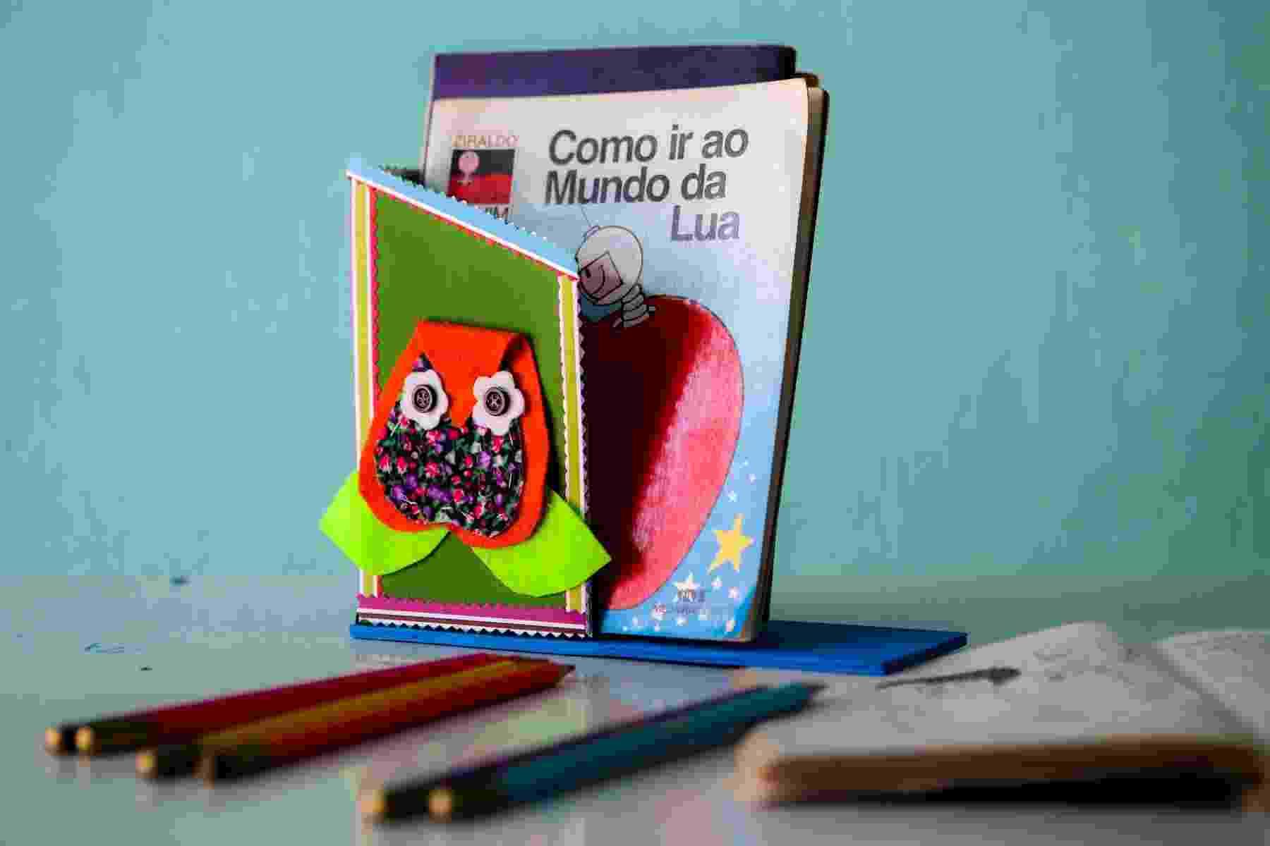 Usando uma embalagem de leite, tinta e papel colorido, você pode fazer um aparador de livros para o quarto das crianças. A artesã Cristina Mota ensina como confeccionar um passo a passo | Por Silvana Maria Rosso - Do UOL, em São Paulo - Leandro Moraes/UOL