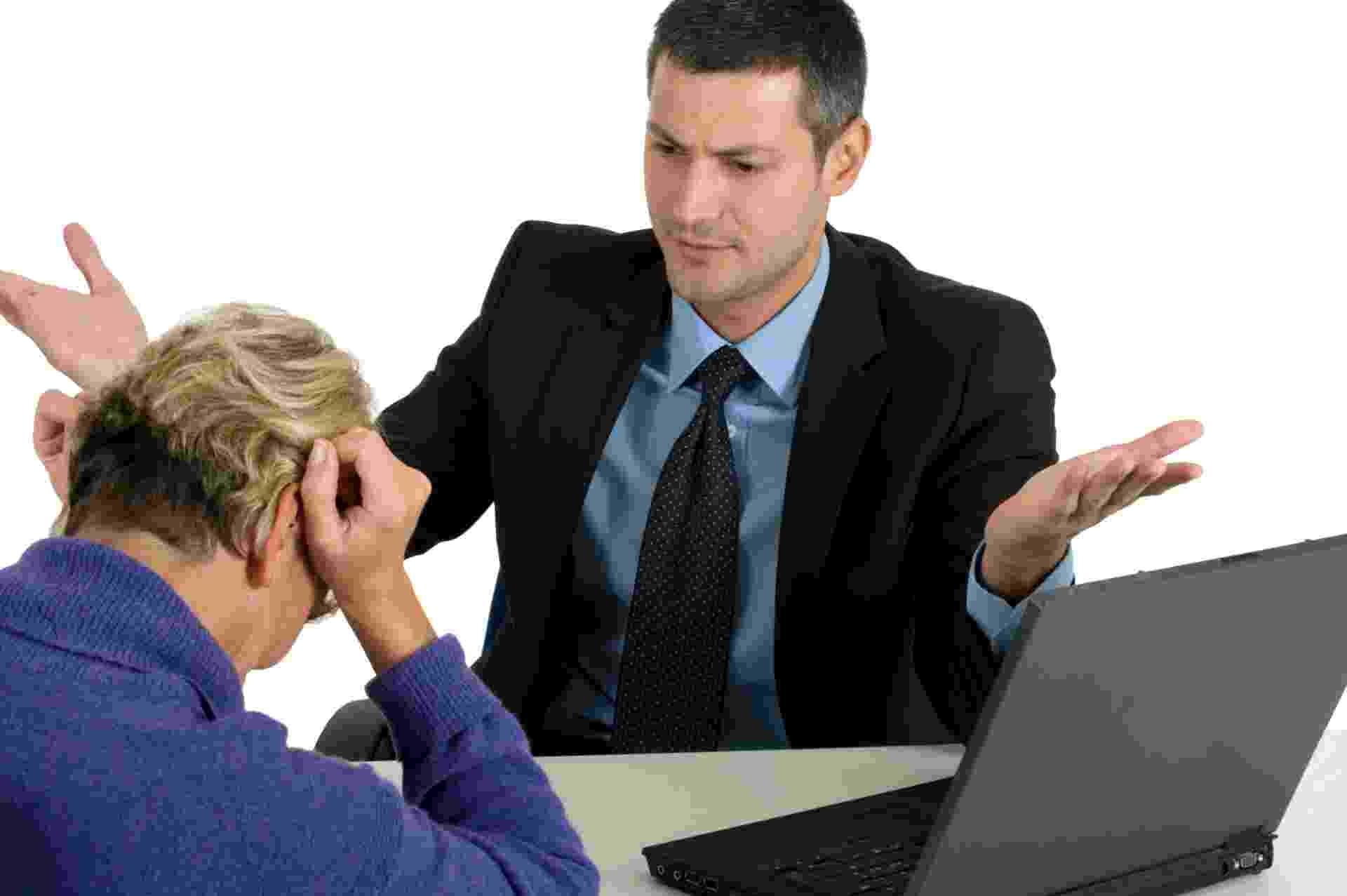Que o próprio chefe está te maltratando: Para Liamar, antes de questionar essa situação com seu superior, é preciso observar e entender se isso só acontece com você, pois na maioria dos casos, quando o chefe é ruim com um, é ruim com todos.  ?Coloque foco no trabalho e saiba lidar com rejeição. Aprenda com o exemplo dele, a como não agir com seus colaboradores. Busque reforçar sua autoestima e confiança antes de iniciar essa conversa - Getty Images