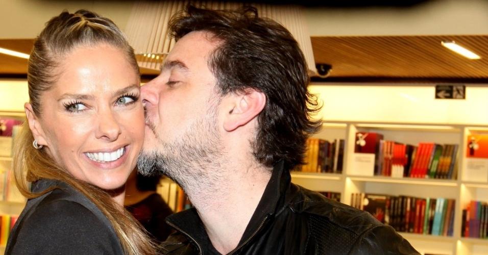 06.nov.2013 - Adriane Galisteu e o marido, Alexandre Iódice, no lançamento da biografia do cantor Leonardo