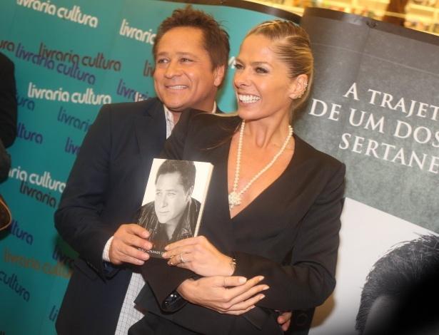 06.nov.2013 - Adriane Galisteu posa com o amigo, Leonardo, no lançamento de sua autobiografia, em São Paulo