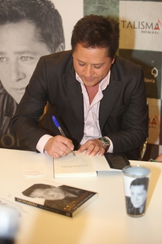 """06.nov.2013 - Leonardo autografa sua biografia """"Não Aprendi Dizer Adeus"""""""