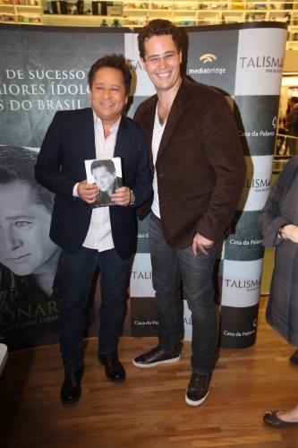 """06.nov.2013 - Leonardo posa com o filho, Pedro, no lançamento do livro """"Não Aprendi Dizer Adeus"""""""