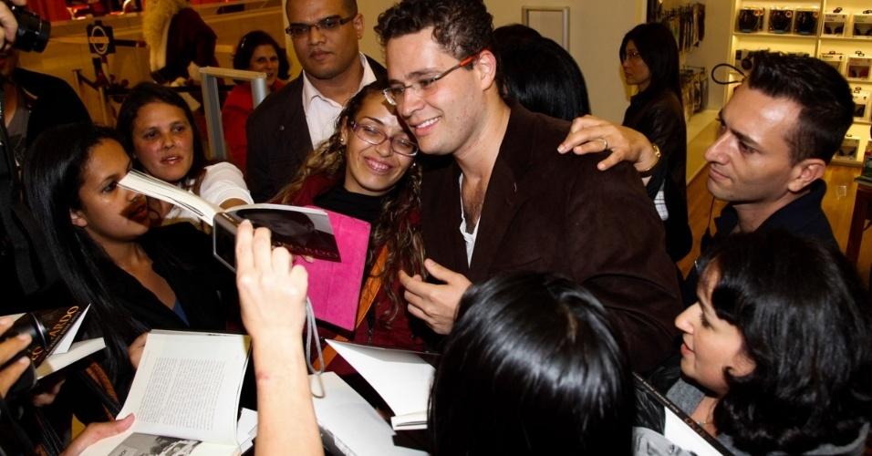 06.out.2013 - Pedro Leonardo, filho do cantor, conversa com fãs