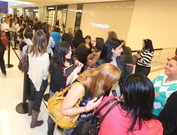 """6.nov.2013 -  Multidão de fãs se aglomerou na fila para conseguir autógrafo do cantor Leonardo, que lançou sua autobiografia """"Não Aprendi Dizer Adeus"""""""
