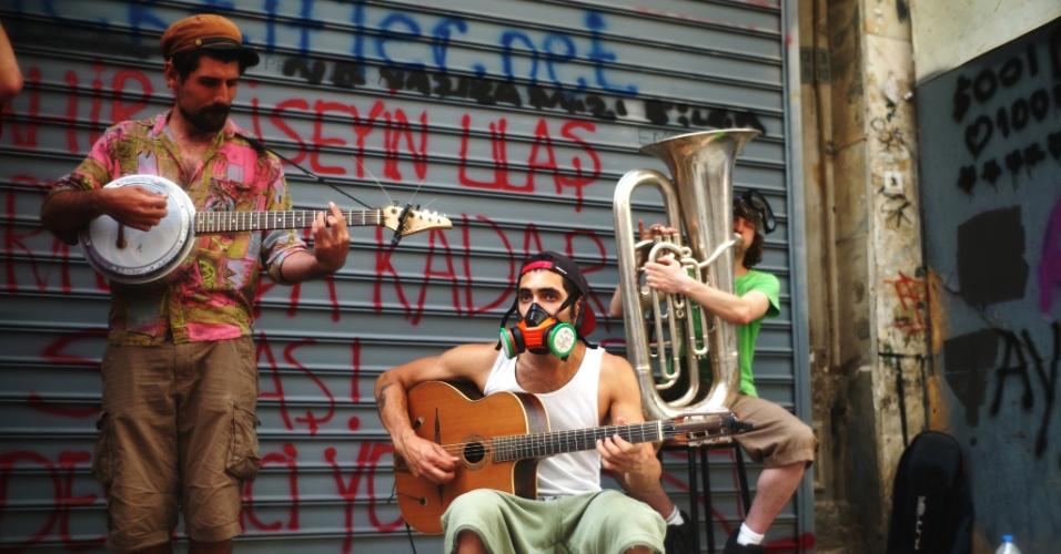 A arte de rua de cunho político se espalhou pela Praça Taksim durante as manifestações contra a reforma do Parque Gezi, em Istambul
