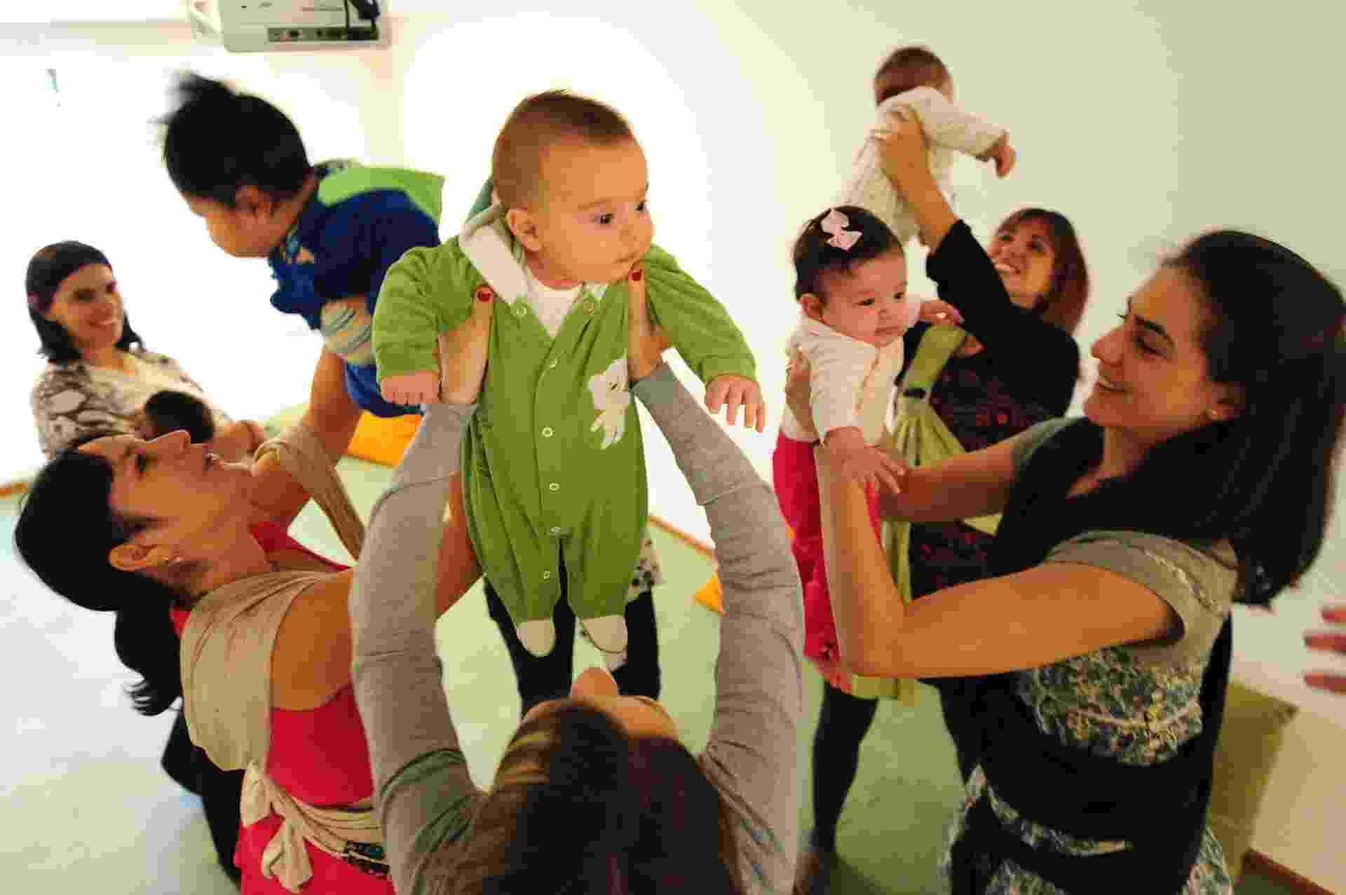 As mães do Grupo Dança Materna, de São Paulo, se reúnem uma vez por semana para dançarem - Junior Lago/UOL