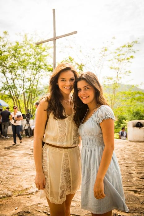 """Bruna Marquezine  e Julia Dalavia gravam """"Em Família"""", em Goiás"""