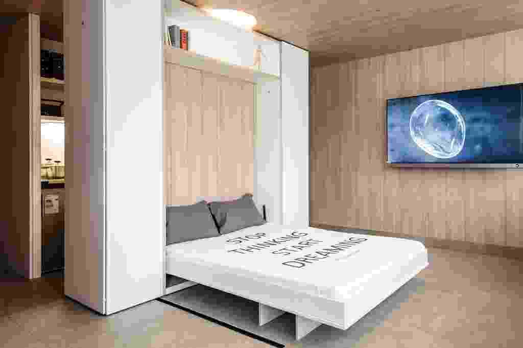 """No """"Cubic Microdepartamento"""", assinado por Bárbara Fernández, a face onde é possível adaptar um home office (foto anterior), esconde também a cama embutida. A Casa Cor Chile fica em cartaz até dia 10 de novembro de 2013, na Avenida Las Condes 11.755, em Santiago - Divulgação"""
