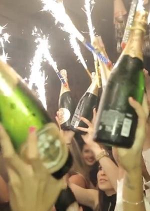 """Cena do vídeo """"Os Dez Mandamentos do Rei do Camarote"""", em que o empresário Alexander Almeida pede champanhe com vela vulcão ou cascata, artefato pirotécnico que solta faíscas de 20 cm - Reprodução/Veja São Paulo"""