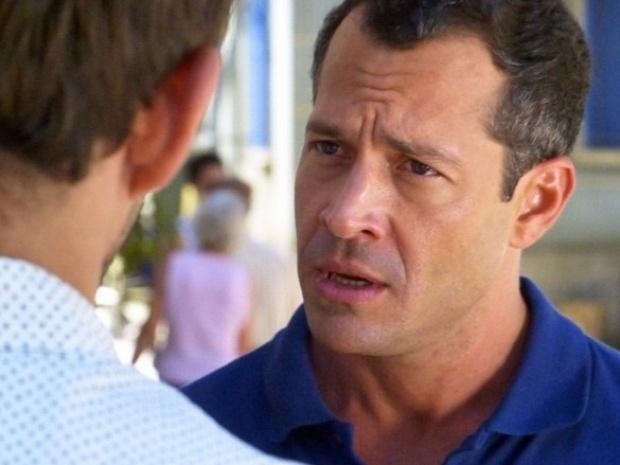 """Em """"Amor à Vida"""", Bruno briga com Ninho e decreta o fim dos encontros do pintor com Paulinha"""