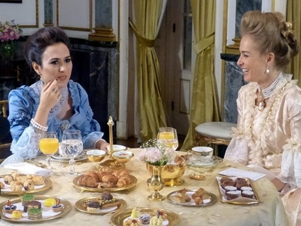 Vestidas com figurino de época, Tatá Werneck e Angélica tomam chá da tarde no