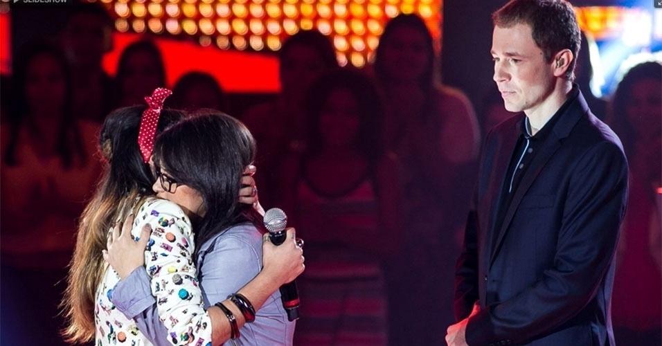07.nov.2013 - Após a apresentação, Anne Marie e Gabriella Matos se abraçam emocionadas