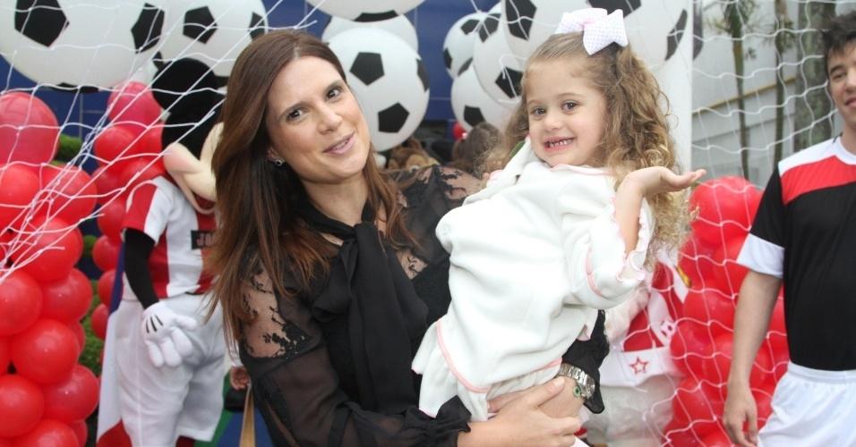 07.nov.2013 - Mariana Kupfer e sua filha, Victoria, marcaram presença no aniversário de João, filho de Caio Ribeiro