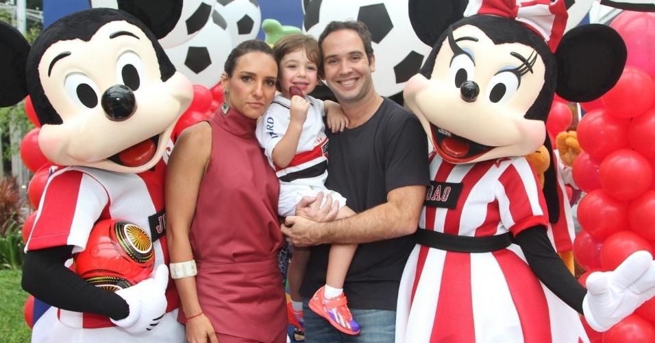 07.nov.2013 - Caio Ribeiro e sua mulher, Renata Leite, comemoraram o aniversário da filho João, que completou 3 anos