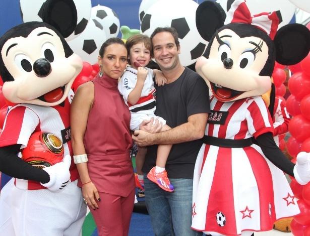 07.nov.2013 - Caio Ribeiro e sua mulher, Renata Leite, comemoraram o aniversário do filho João, que completou 3 anos. O tema da festa foi futebol e a turma do Mickey Mouse
