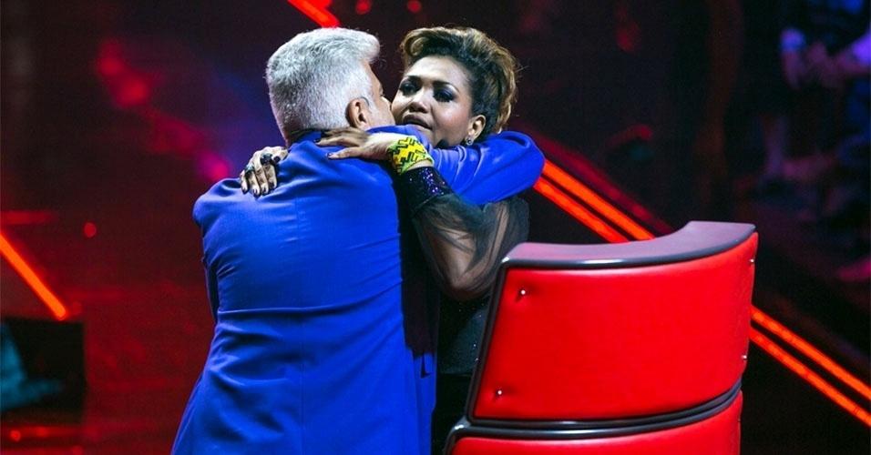 """07.nov.2013 - Lulu Santos abraça Gaby Amarantos, sua auxiliar no """"The Voice"""""""