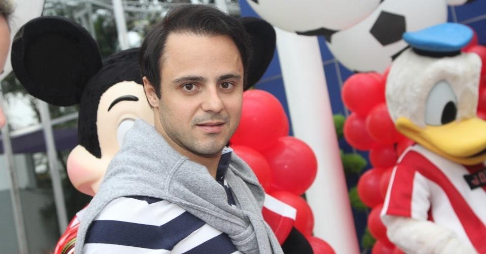 07.nov.2013 - O piloto de Fórmula 1 Felipe Massa posa para os fotógrafos