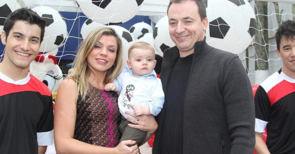 07.nov.2013 - Paulo Bonfá marcou presença no aniversário do filho do Caio Ribeiro, em São Paulo, com a mulher e o filho