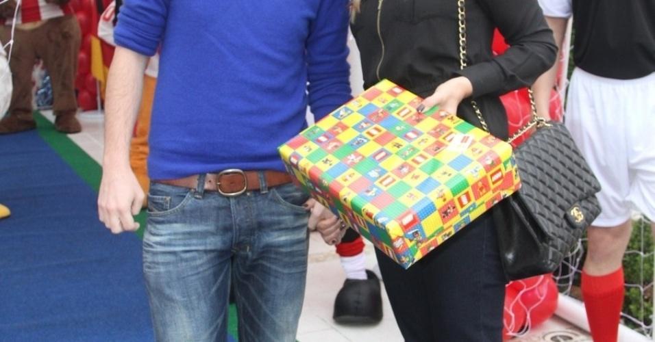 07.nov.2013 - Tiago Leifert e a mulher, Daiana Garbin, no aniversário do filho de Caio Ribeiro