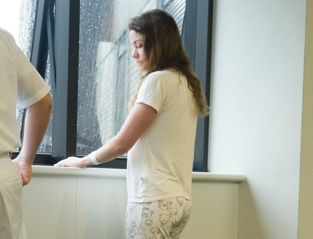 """6.nov.2013 - Campeã do """"BBB11"""", Maria Melilo se exercita com fisioterapeuta no hospital Sírio Libânes, em São Paulo. A atriz e modelo passou por uma cirurgia na última segunda-feira para retirar parte do fígado, comprometido por um câncer"""