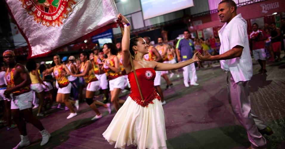 6.nov.2013 - Campeã do Carnaval 2013, Mocidade Alegre faz ensaio com o casal de mestre sala e porta-bandeira, Karine e Emerson