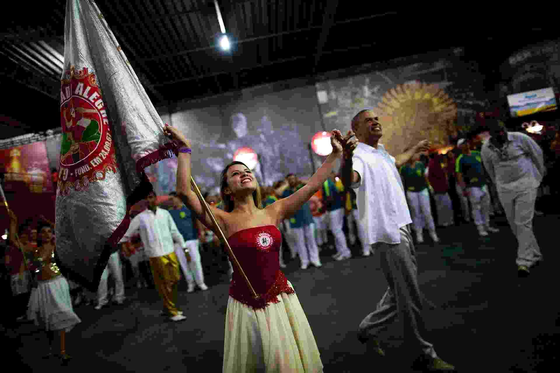 6.nov.2013 - Campeã do Carnaval 2013, Mocidade Alegre faz ensaio com o casal de mestre sala e porta-bandeira, Karine e Emerson - Alessandro Shinoda/UOL