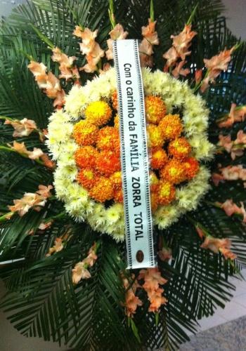"""7.nov.2013 - Coroa da equipe de """"Zorra Total"""" enviada para o velório do ator Jorge Dória no memorial do Carmo, no Rio"""