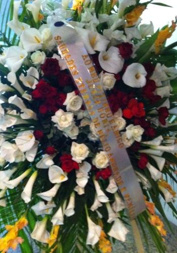 7.nov.2013 - Coroa de flores de amigos do ator Jorge Dória chegam ao velório no memorial do Carmo, no Rio