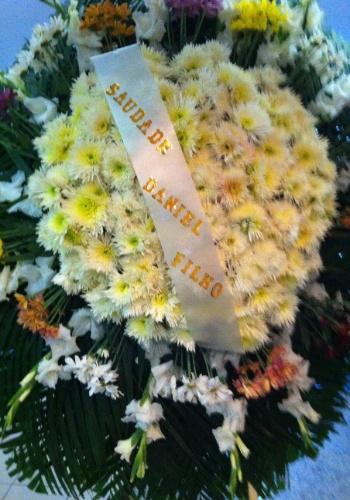 7.nov.2013 - Coroa de flores enviada pelo diretor Daniel Filho ao velório do ator Jorge Dória, no Memorial do Carmo, no Rio de Janeiro