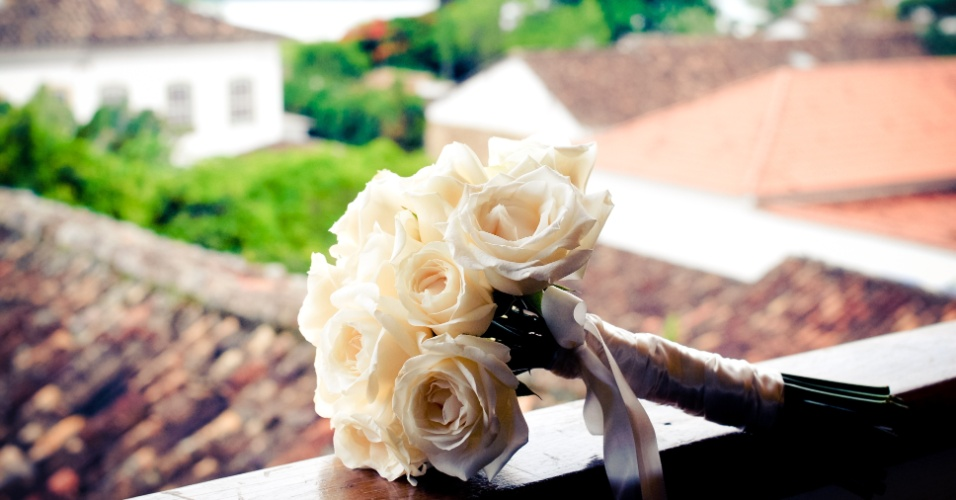 Buquê de rosas brancas com hastes arrematadas por uma fita de cetim na cor nude