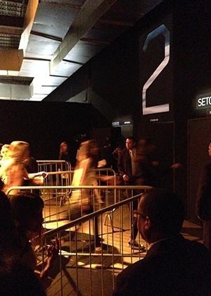 Grupo de modelos corre durante cruzamento entre os desfiles da Sacada e Oh Boy. Em busca de rapidez, elas entraram no camarim pela sala de desfile, não pelos fundos do evento - Fernanda Schimidt/UOL