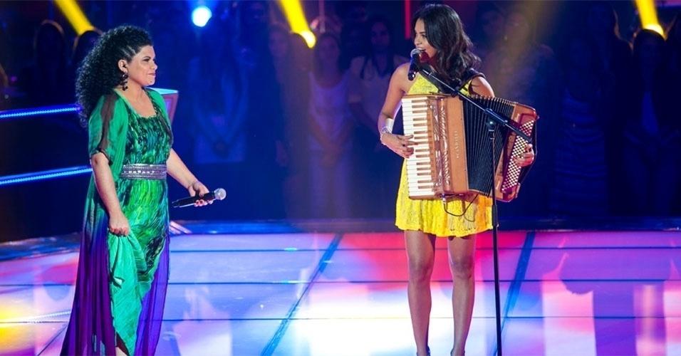 """07.nov.2013 - Khrystal e Lucy Alves cantam """"Gostoso Demais"""" e """"Isso Aqui tá Bom Demais"""". Carlinhos Brown escolheu a primeira"""