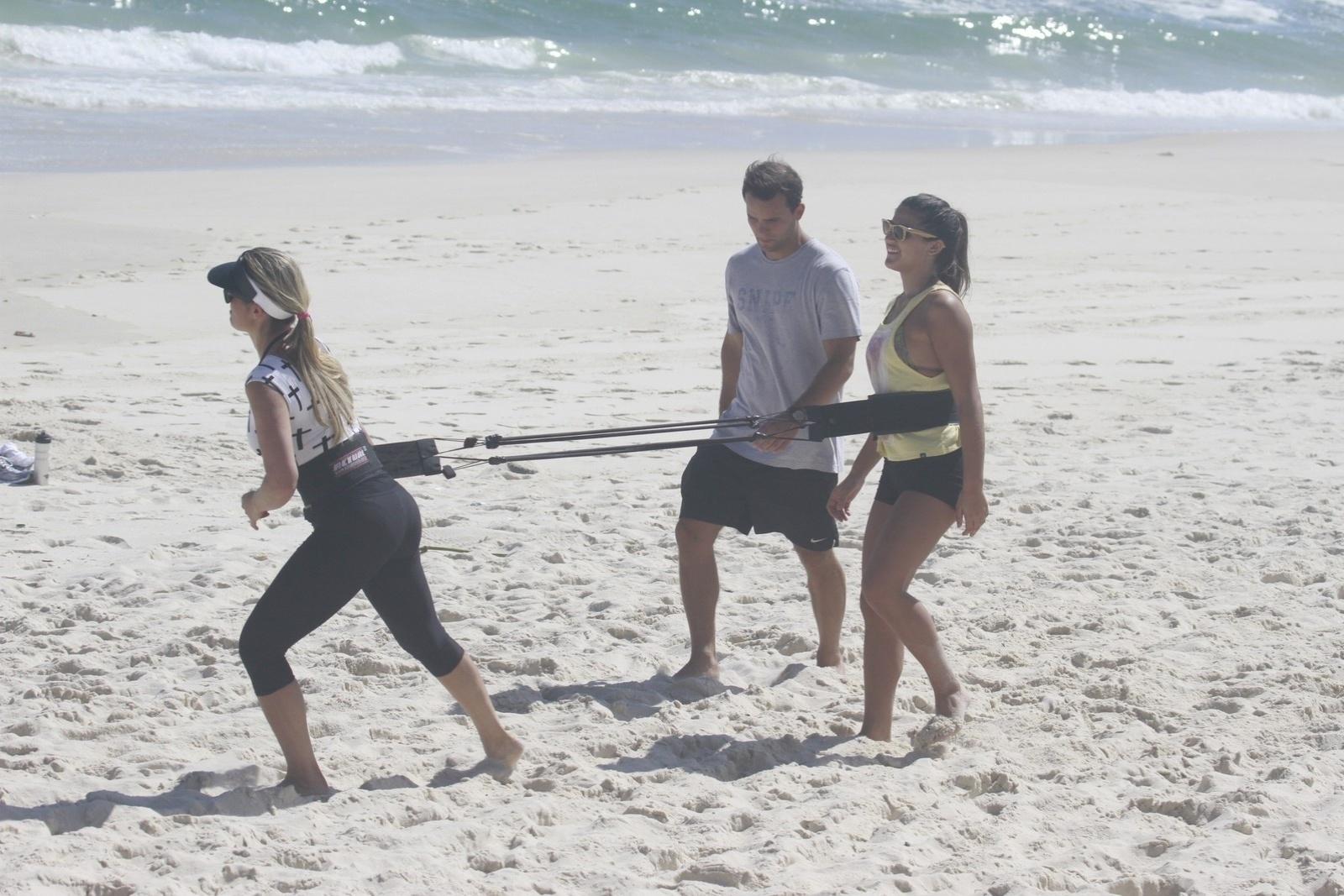 8.nov.2013 - Flávia Alessandra aproveitou a tarde desta sexta para se exercitar na praia da Barra, no Rio. A atriz estava acompanhada das filhas; a adolescente Giulia, e a caçula Olívia