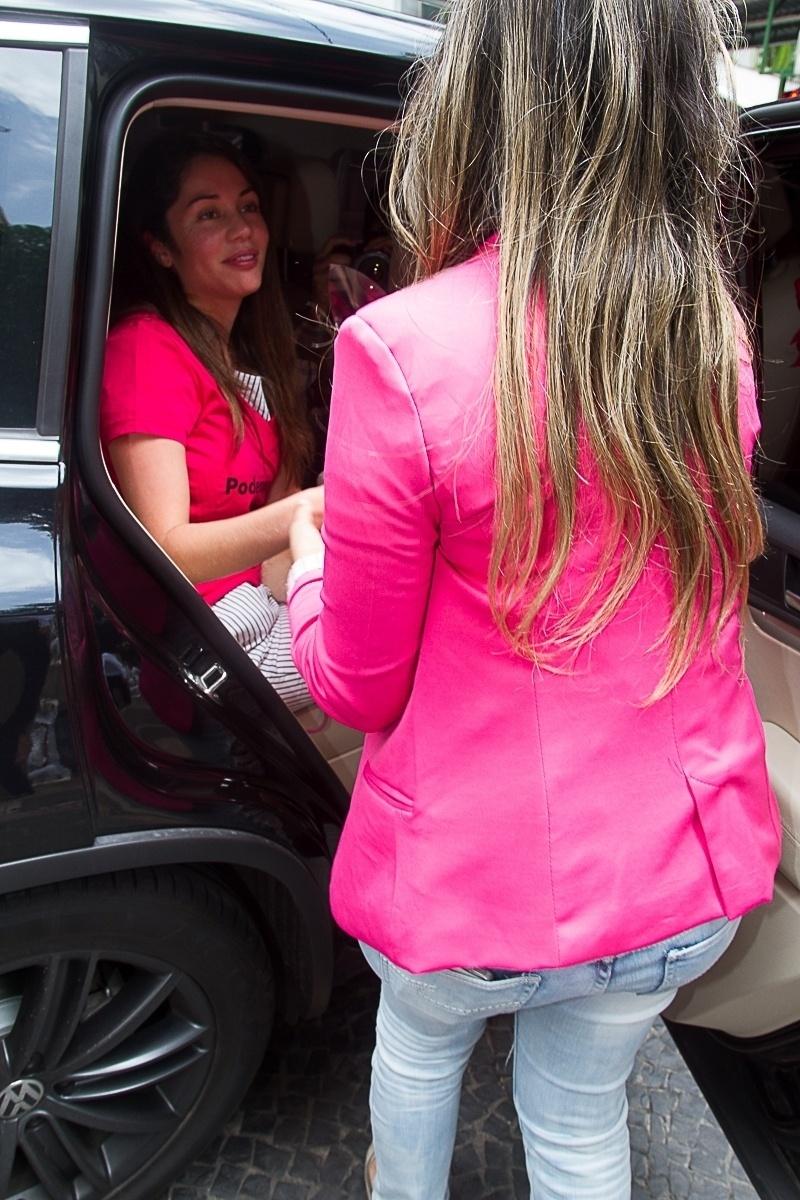 8.nov.2013 - Maria Melilo recebe presentes na saída do hospital Sírio-Libanês, em São Paulo, onde ficou internada por cinco dias após operar o fígado por causa de um câncer