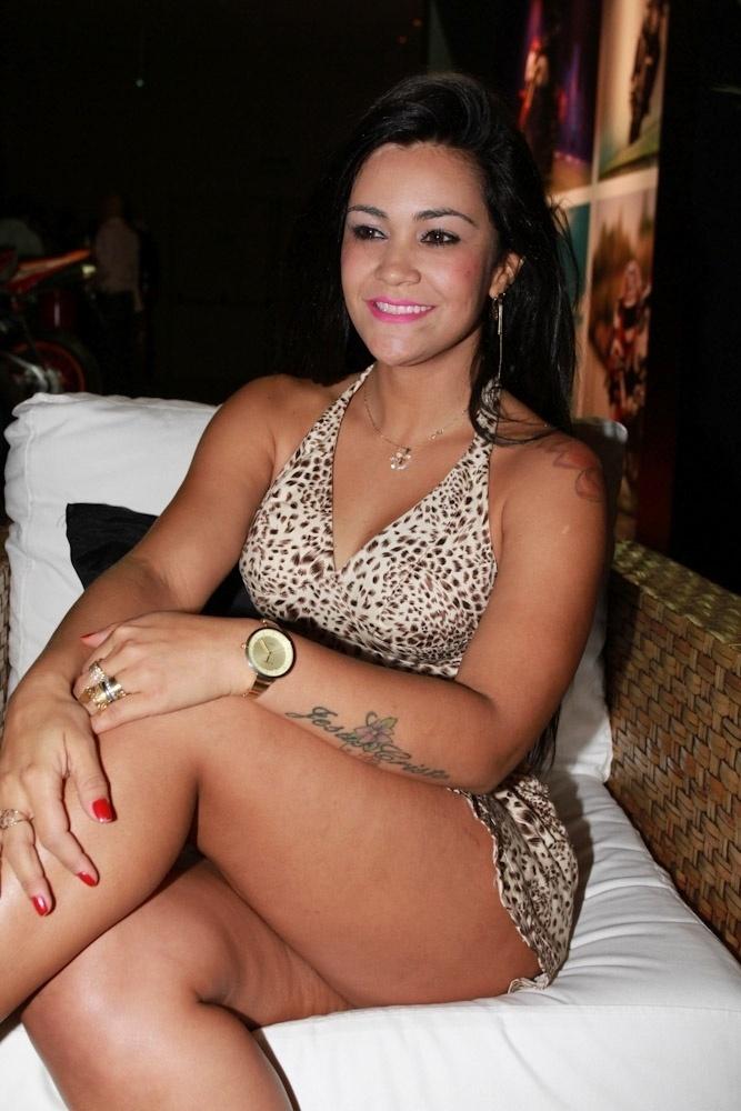 8.nov.2013 - Tati Neves, a mulher que filmou Justin Bieber dormindo, em evento de lançamento da revista Sexy da panicat Carol Dias em São Paulo