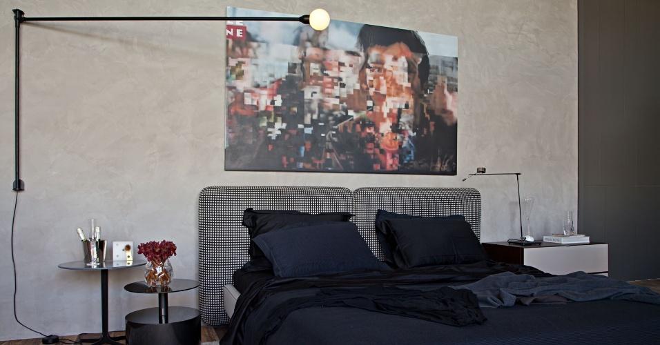 A Suíte da Cobertura é um projeto de Gisele Taranto. No ambiente com paredes cinza, uma cama confortável tem cabeceira acolchoada e revestida por tecido xadrez. Destaque para a arandela com braço móvel. A 23ª edição da Casa Cor Rio segue até 18 de novembro de 2013, na Av. dos Flamboyants, 500, Barra da Tijuca - Rio de Janeiro. Outras informações: www.casacor.com.br/riodejaneiro