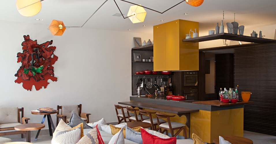 Chicô Gouvêa assina o Espaço do Chicô, um living ligado à cozinha americana. No estar, o sofá em tecido cru e perolado é um grande quebra-cabeças assimétrico em 360º, criado pelo arquiteto. Sobre o móvel, as almofadas reproduzem as dobraduras, volumes e texturas das formas geométricas de Ascânio MMM. A 23ª edição da Casa Cor Rio segue até 18 de novembro de 2013, na Av. dos Flamboyants,  500,  Barra da Tijuca - Rio de Janeiro. Outras informações: www.casacor.com.br/riodejaneiro