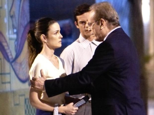 """Em """"Amor à Vida"""", Elias defende Gina ao ver Herbert segurá-la"""