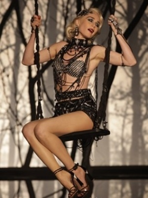 Mariana Ximenes esbanja sensualidade na  pele de Aurora