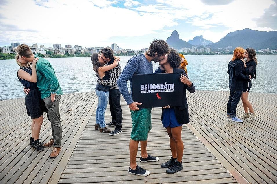 """Responsável por um dos desfiles mais animados do Fashion Rio, a Reserva não participou desta edição do evento. Em vez da passarela, a marca alugou um pequeno caminhão e selecionou cinco casais para promover um """"beijaço"""" pelo trânsito carioca"""