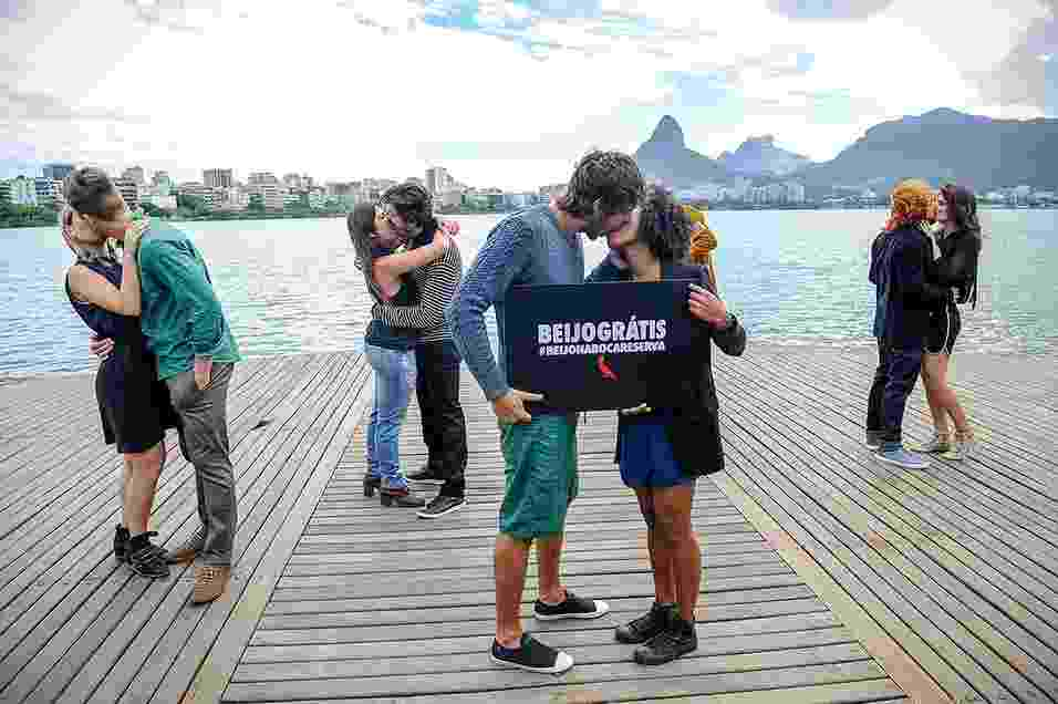 """Responsável por um dos desfiles mais animados do Fashion Rio, a Reserva não participou desta edição do evento. Em vez da passarela, a marca alugou um pequeno caminhão e selecionou cinco casais para promover um """"beijaço"""" pelo trânsito carioca - Rafael Chacon/Fotos"""
