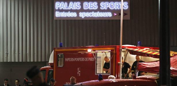 """Bombeiros posicionados em frente ao Palácio dos Esportes, em Paris, onde uma intensa explosão ocorreu durante ensaio do musical """"1789: Les Amants de la Bastille"""" - Yoan Valat/EFE"""