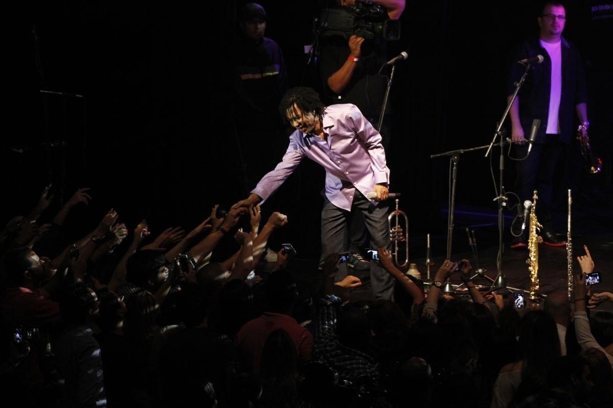 8.nov.2013 - O cantor e compositor Djavan apresenta seu novo show