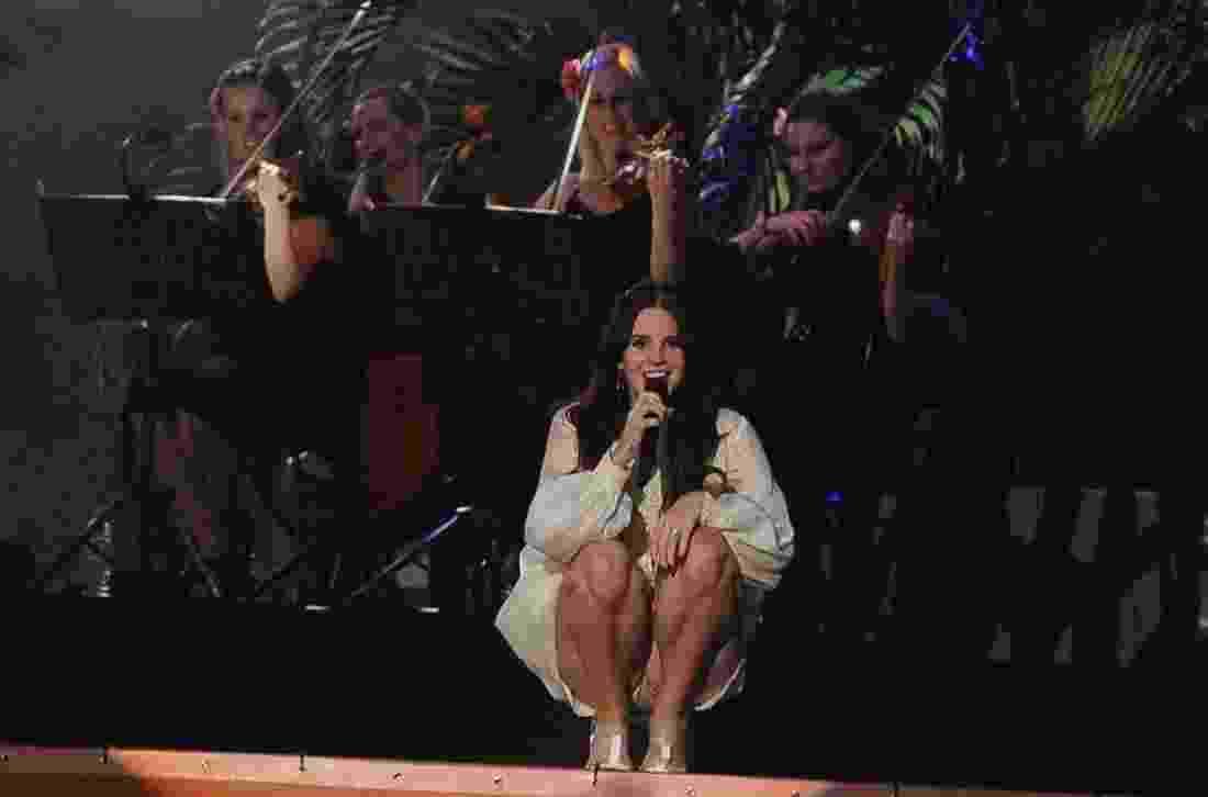 9.11.2013 - Acompanhada por um conjunto de cordas, Lana del Rey se apresenta no palco principal do Planeta Terra - Francisco Cepeda e Leonardo Franco/AgNews