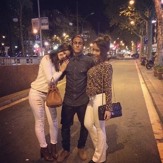 9.11.2013 - Bruna Marquezine reencontra Neymar em Barcelona, ao lado da irmã do craque