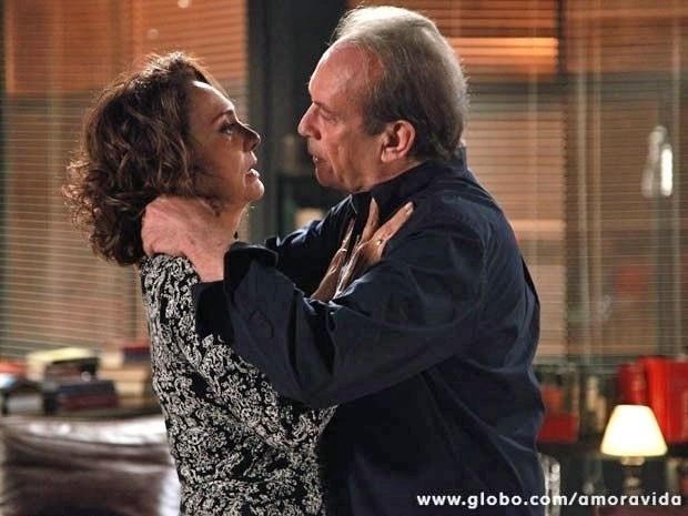 """Em """"Amor à Vida"""", Ordália e Herbert relembram o passado e se beijam"""